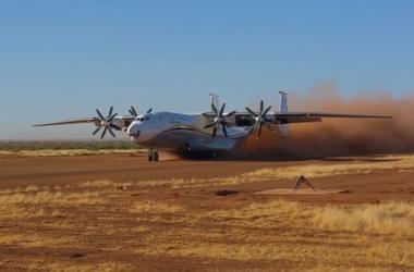 """""""Антонов"""" показал посадку транспортного самолета в пустыне"""