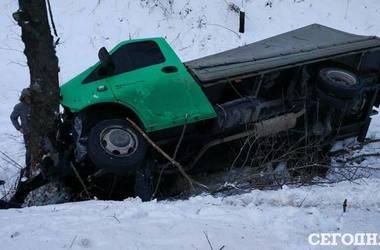 Под Киевом грузовик вылетел в кювет