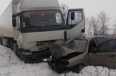 В Ровенской области под колеса огромной фуры попала легковушка