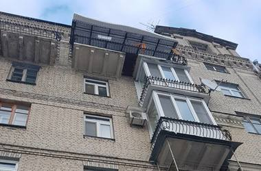 """В центре Киева прохожим угрожает очередной """"царский балкон"""""""