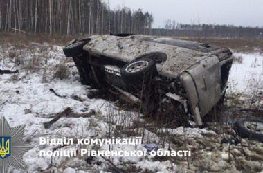 На киевской трассе перевернулась иномарка: трое детей в больнице