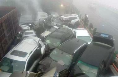 На китайской трассе столкнулись сразу 19 автомобилей: есть жертвы