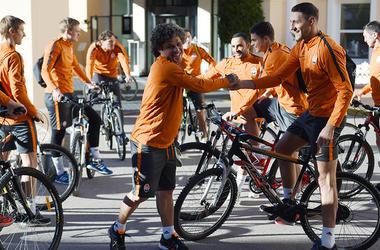 """Футболисты """"Шахтера"""" на первую тренировку прибыли на велосипедах"""