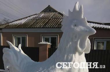 Под Киевом появился гигантский петух из снега