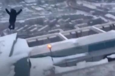 Видеошок: в Сети опубликовали видео прыжка самоубийцы с 86 этажа