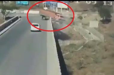 В Китае грузовик рухнул с моста в карьер