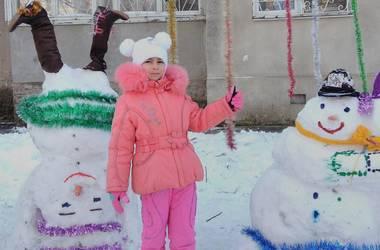 Снежный креатив: двухметровый ангел, снеговик в галстуке и вверх тормашками