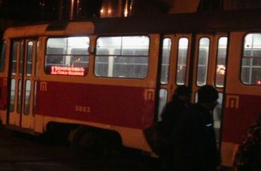 В Киеве на Подоле трамвай сошел с рельсов и перегородил почти всю улицу