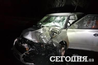 В Киеве водитель на летней резине на большой скорости снес столб