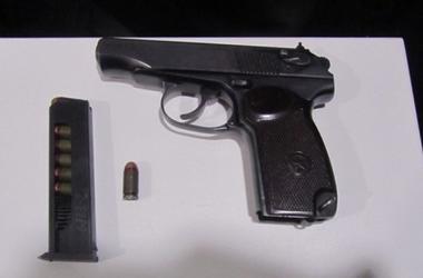 В киевском хостеле пьяный мужчина угрожал людям оружием