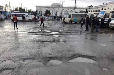 Farewell to the asphalt: the railway station of the capital of the Crimea has turned into a sad spectacle
