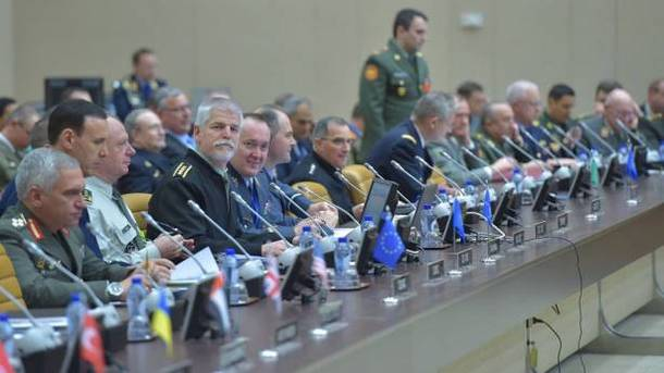 Муженко рассказал представителям НАТО о возможных сценариях войны на Донбассе