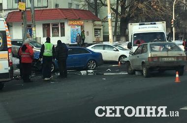 В Киеве машина врезалась в столб, есть пострадавшие
