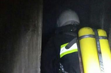 Под Киевом сгорел дом, пожарные спасли из огня мужчину