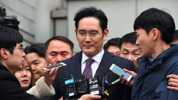 Руководитель Самсунг избежал ареста пообвинению вкоррупции