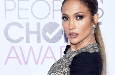 Сексуальная Дженнифер Лопес впечатлила роскошным нарядом с прозрачным декольте