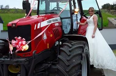 Невеста в пышном платье приехала на свадьбу за рулем трактора