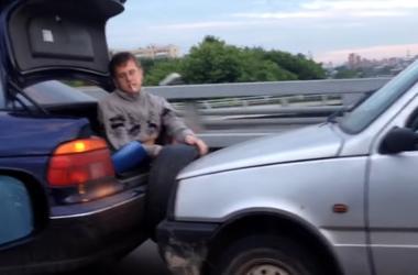 Смекалка и непринужденность в одном видео буксировки машины
