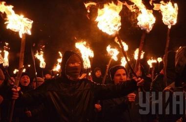 """""""Правые"""" с покрышками и фаерами идут маршем по правительственному кварталу в Киеве"""