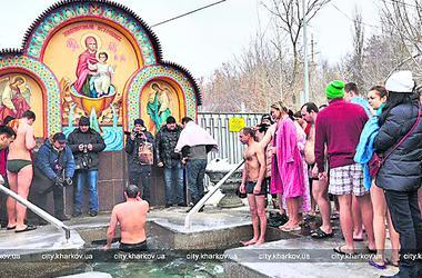 Крещенские купания в Харькове: окунулись чиновники, взрослые и дети