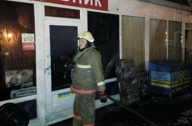 В Киеве на Демеевском рынке произошел масштабный пожар, сгорело восемь киосков