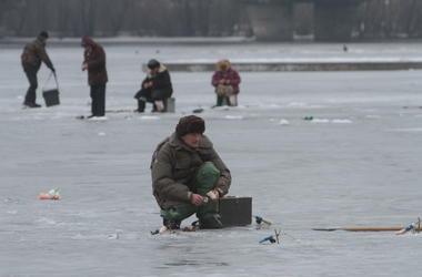 В Киеве водолазы спасли двух рыбаков