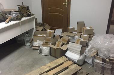 """В аэропорту """"Киев"""" нашли 17 ящиков контрабанды: детали для оружия прятали в самолете"""