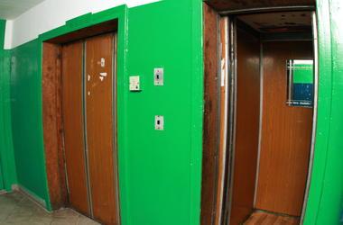 В Киеве сорвался лифт с женщиной и маленьким ребенком