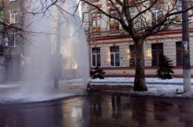 В центре Днепра из-под асфальта забил 10-метровый фонтан