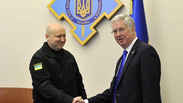 Стали известны детали встречи Турчинова сГоссекретарем по задачам обороны Англии