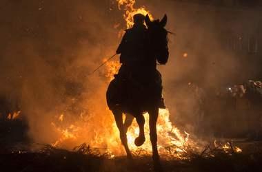 Огнем и конем: испанские наездники отпраздновали День святого Антония