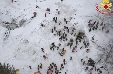 В итальянском отеле, на который обрушилась лавина, нашли 10 живых людей