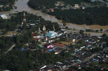 Мощное наводнение в Таиланде убило 80 человек