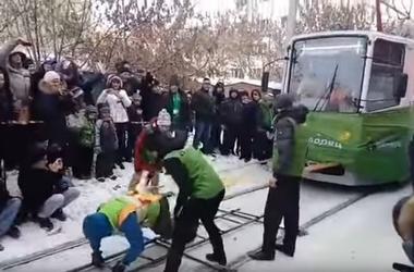 Россиянка сдвинула с места два трамвайных вагона с пассажирами
