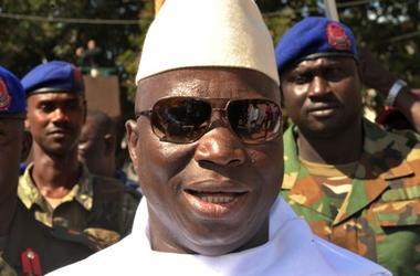 Экс-президент Гамбии покинул страну после отказа от власти