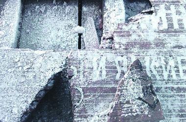 В Киеве вандалы повредили мост Влюбленных