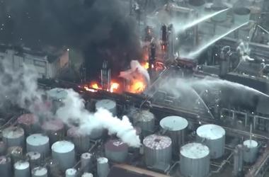 Пожар на нефтеперерабатывающем заводе в Японии
