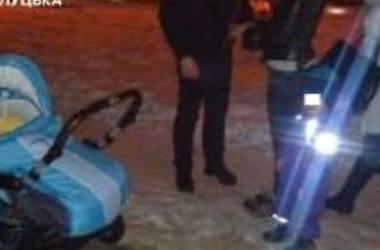 На Волыни пьяная мать вынесла двух детей замерзать на улице
