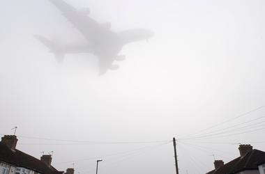 Heavy fog paralyzes airport in London