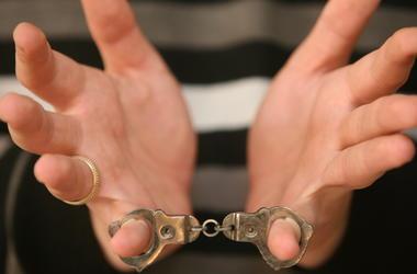В Киеве разбойники избили мужчину и отобрали у него телефон, банковские карты и обручальное кольцо