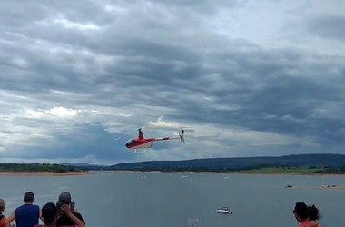 Вертолет катающий туристов упал в реку