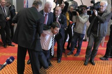 En Croatie, l'opposition a enduré de la salle du parlement