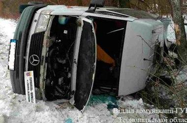 В Тернопольской области микроавтобус с пассажирами слетел с дороги и перевернулся