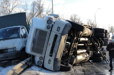 В Киеве на перекрестке перевернулся многотонный грузовик