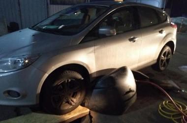 В Киеве автомобиль провалился в яму