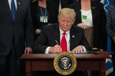 Трамп подписал распоряжение о строительстве стены на границе с Мексикой