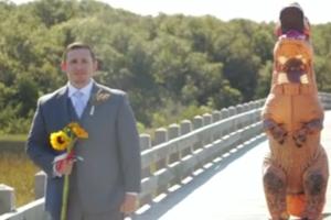 Невеста пришла на свадьбу в костюме тираннозавра: реакция жениха