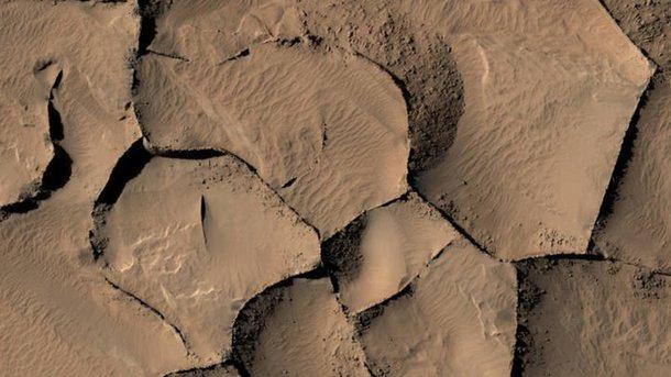 Ровер сфотографировал луну споверхности Марса