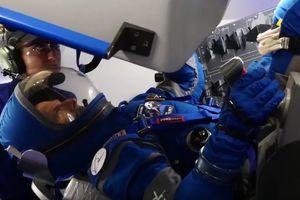 Boeing показала синие скафандры для астронавтов, которые полетят на МКС в 2018 году