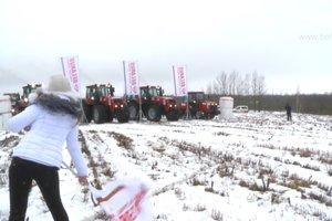 В Беларуси устроили гонки на тракторах по бездорожью